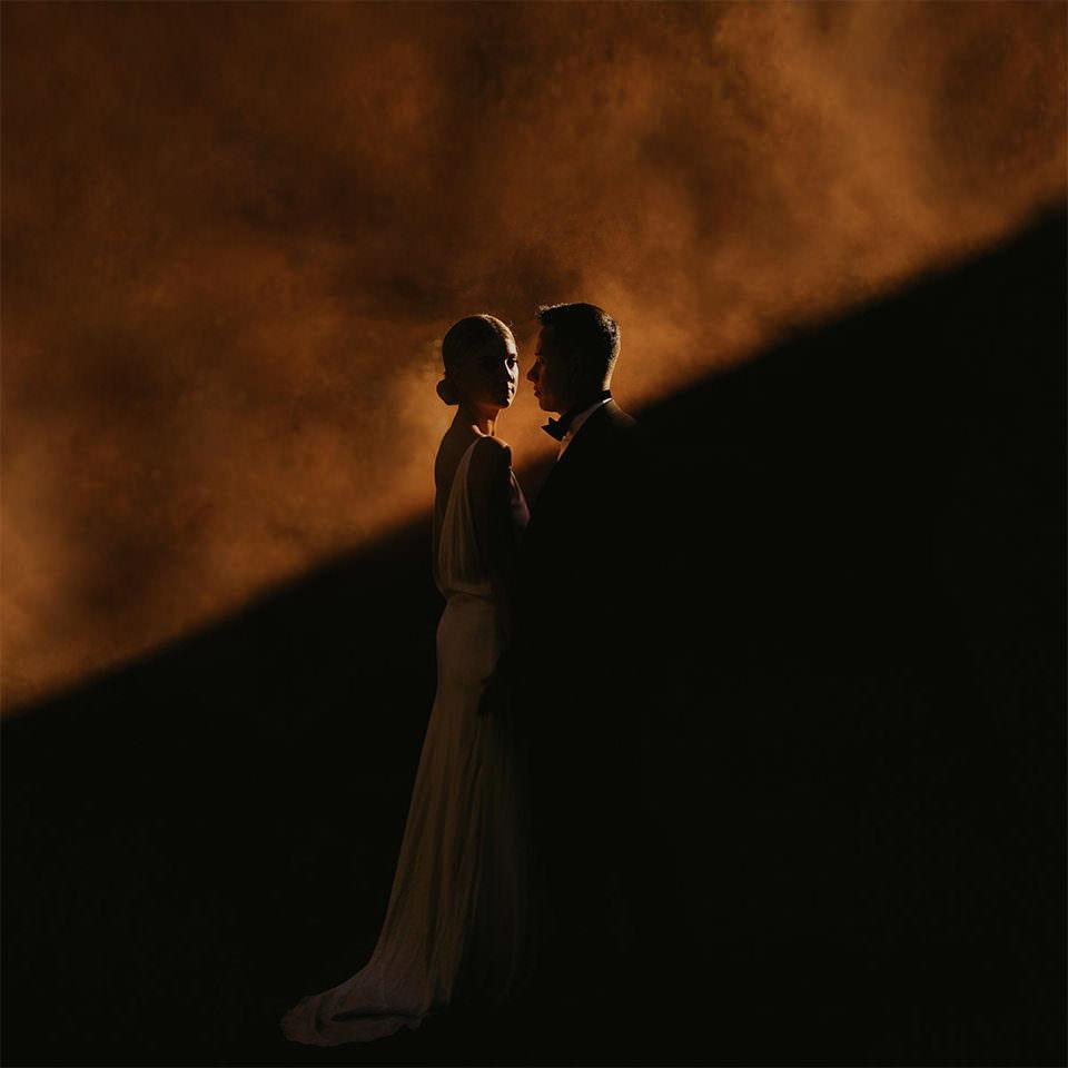 Brautpaar zwischen Licht und Schatten