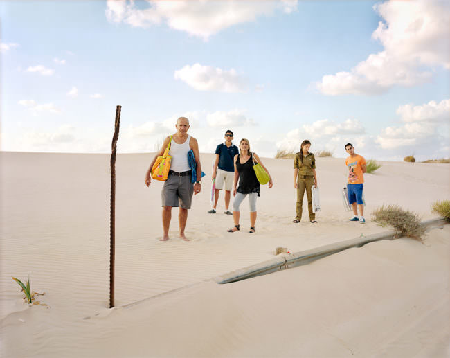 Menschen stehen am Strand