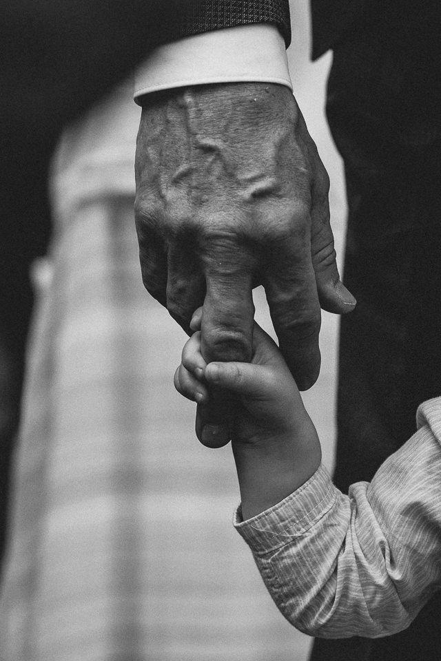 Kind hält einen Finger