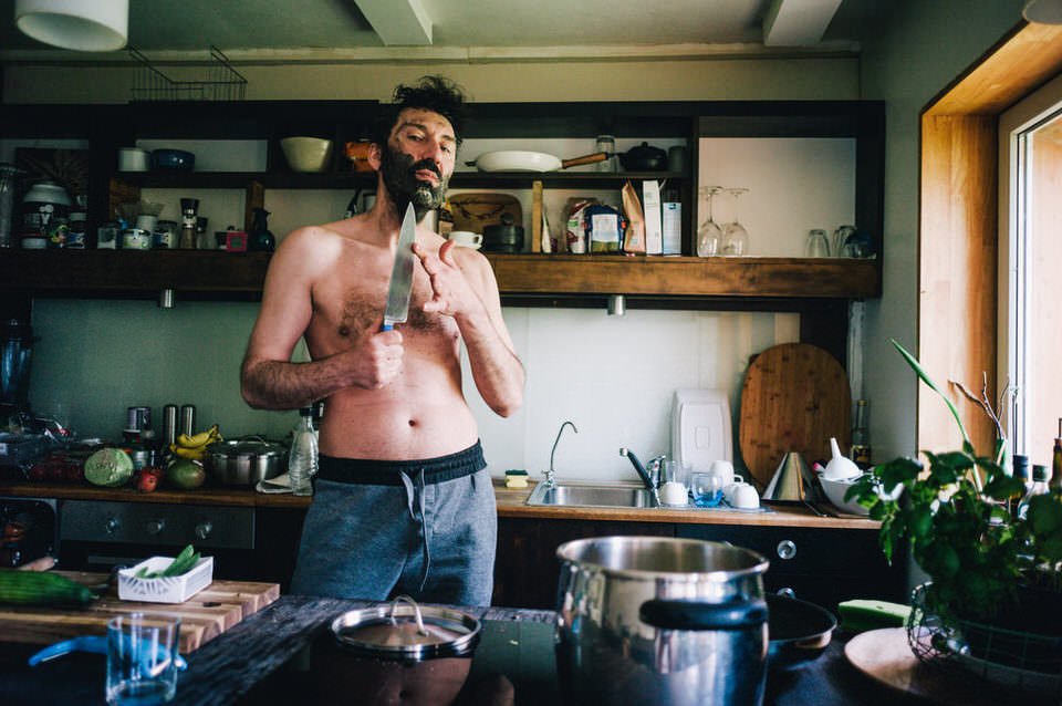 Mann in einer Küche