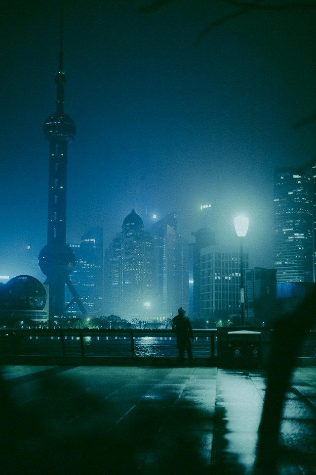 nächtliche Straße mit künstlichen Lichter