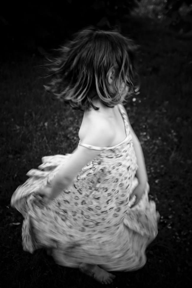 Kind dreht sich mit Kleid
