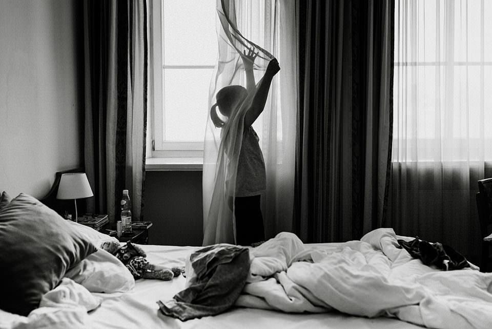 Kind hinter einem Vorhang