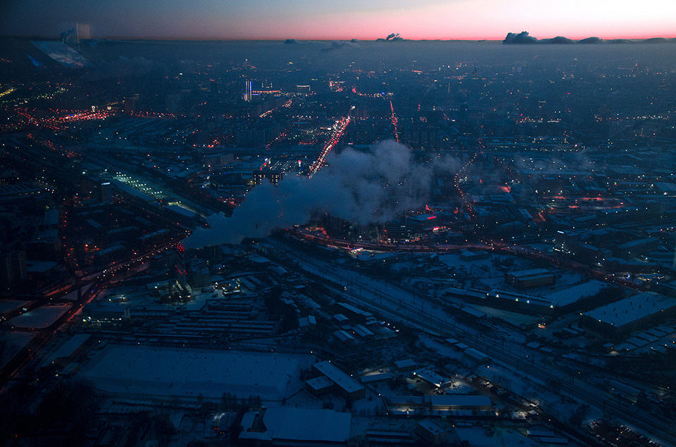 Blick auf eine Großstadt von oben in der Dämmerung