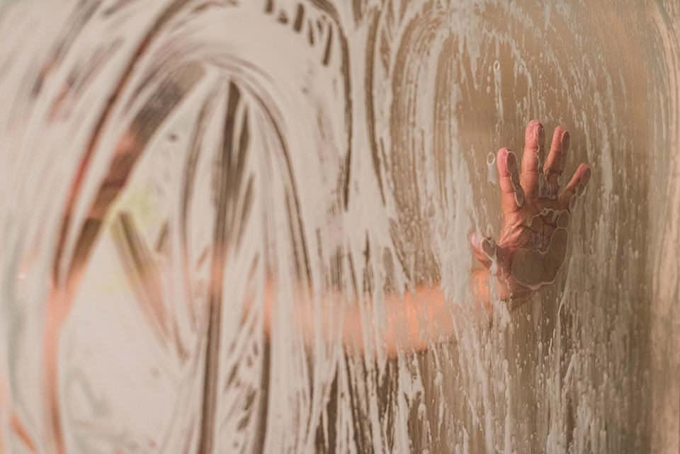 Dusche mit Kinderhand