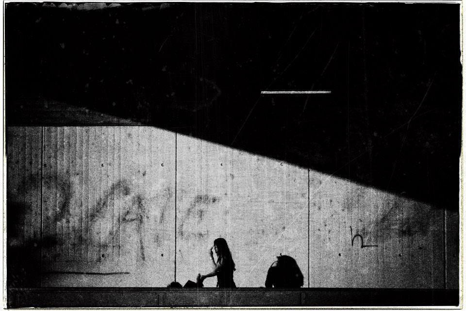 Schattenspiel mit Betonwand