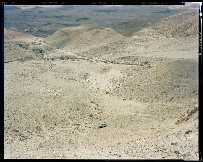 Auto in einer weiten Landschaft