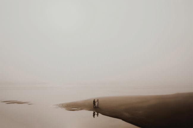 Brautpaar an einem See