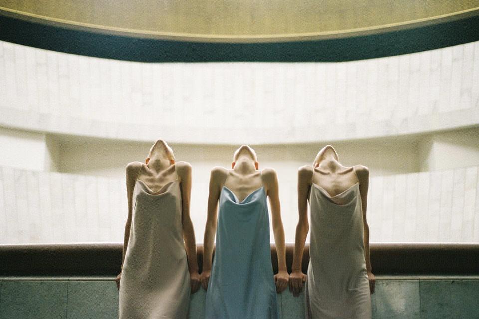Drei Frauen schauen nach oben