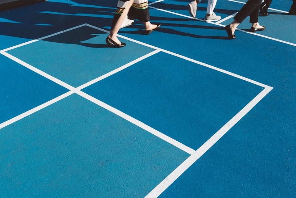 Beine auf einer blauen Fläche