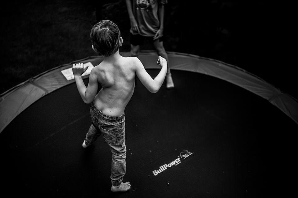 Kinder auf einem Trampolin