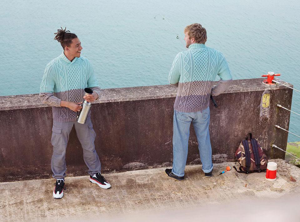 Männer mit Pullovern, die zur Umgebung passen