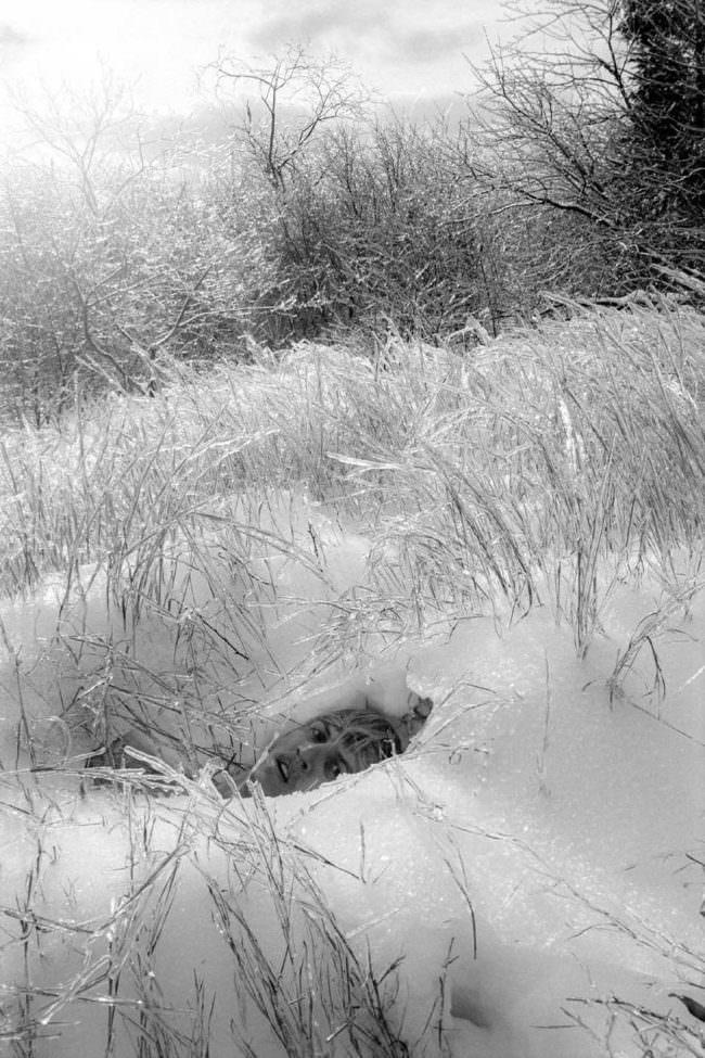 Mensch im Schnee liegend