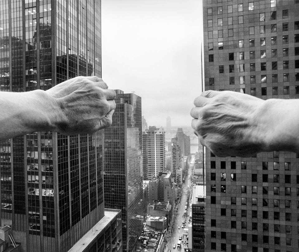 Hände halten Hochhäuser