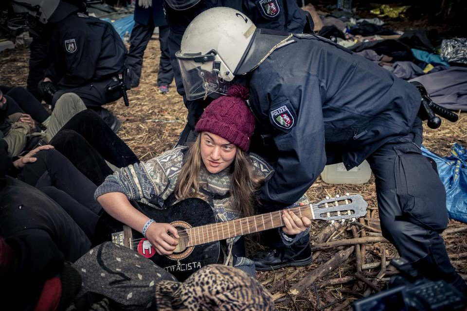 Mensch mit Gitarre und Polzei
