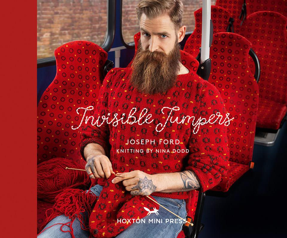 Buchcover mit strickendem Mann in einer Bahn