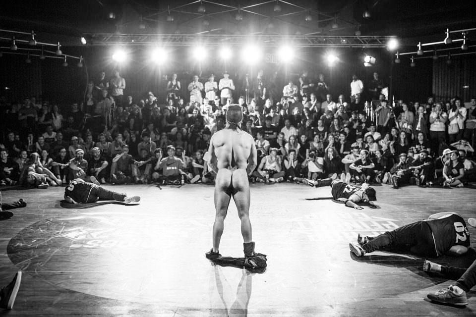 Nackter Mann auf der Bühne