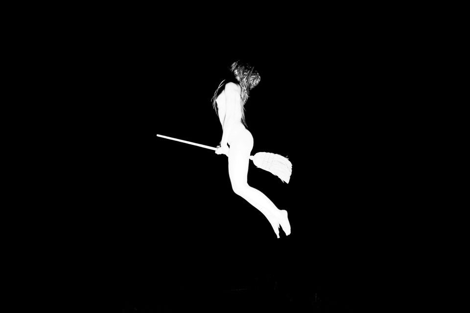Frau fliegt auf einem Besen