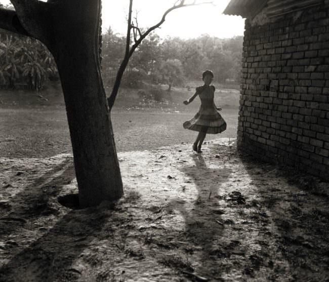 Kind tanz im Sonnenlicht