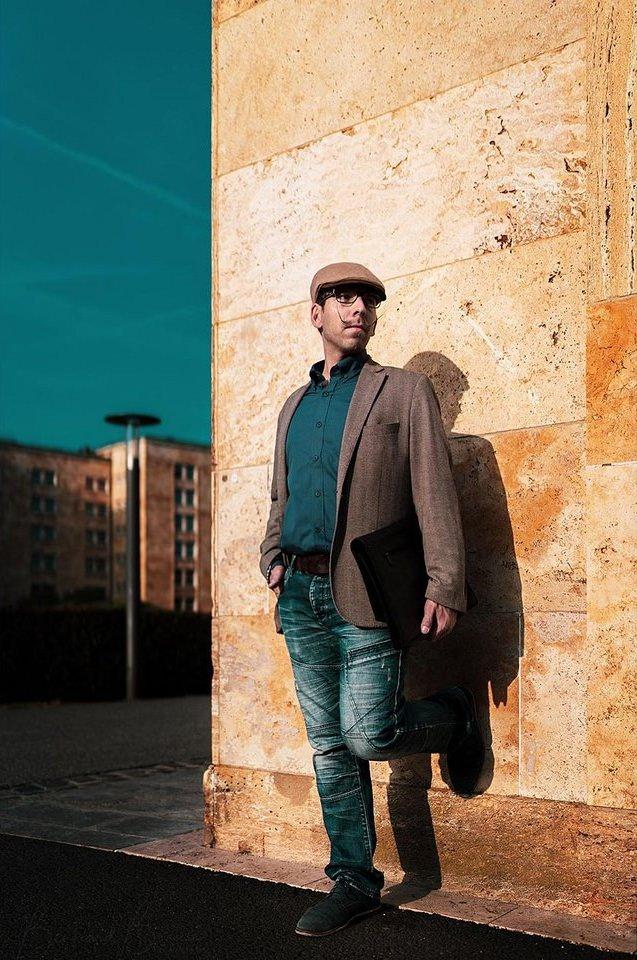 Portrait eines Mannes vor einer Hausfassade