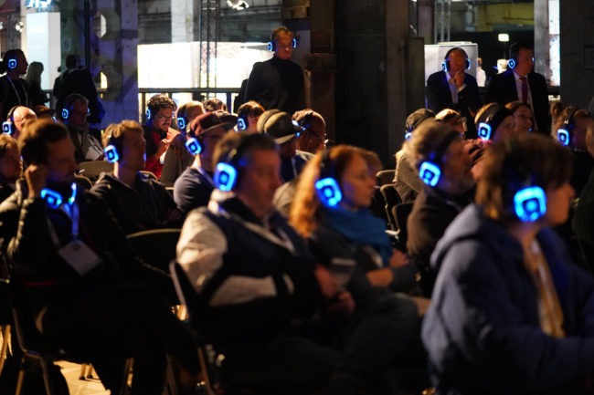 Publikum mit Kopfhörern
