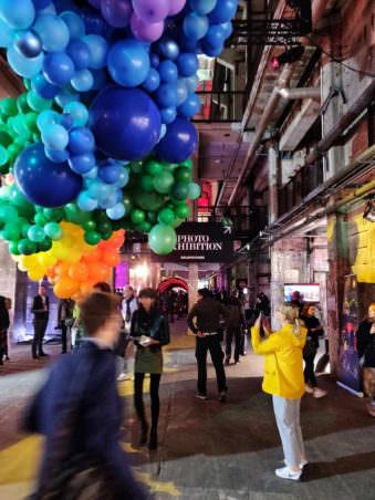 Halle mit bunten Ballons