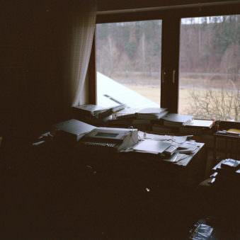 Schreibtisch und Fenster
