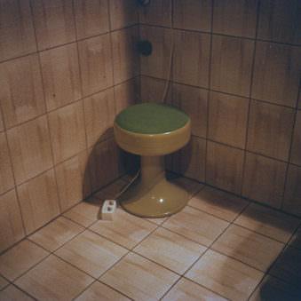 Hocker in einer Badezimmerecke