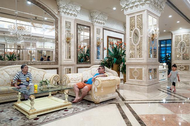 Menschen in einer Lobby