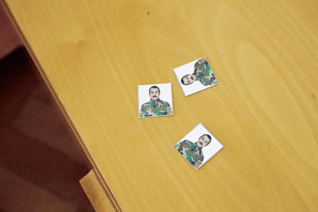 Passfotos auf Holzuntergrund