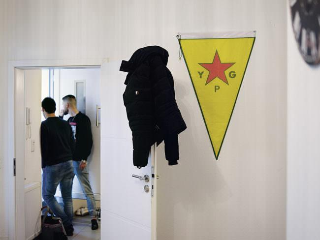 Innenraum mit YPG-Fahne