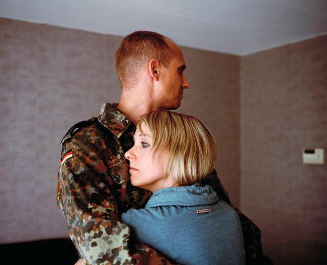 Frau umarmt Soldaten