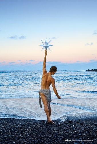 Mann vor einem Meer greift nach einem Stern