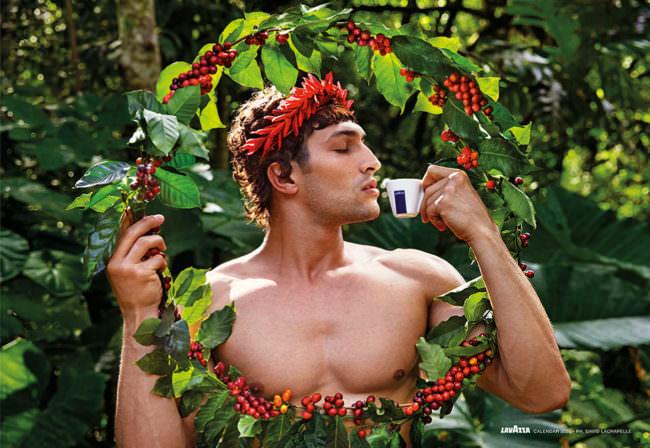Mann mit Kaffeekranz trinkt Kaffee