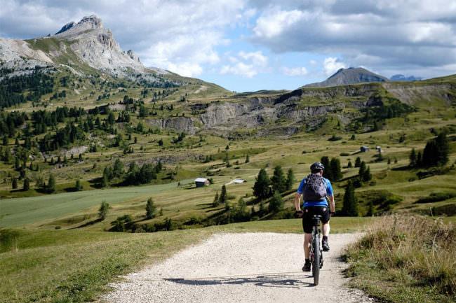 Radfahrer vor einer Landschaft
