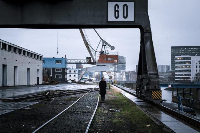 Mann läuft entlang von Gleisen