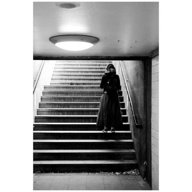 Person auf einer Treppe