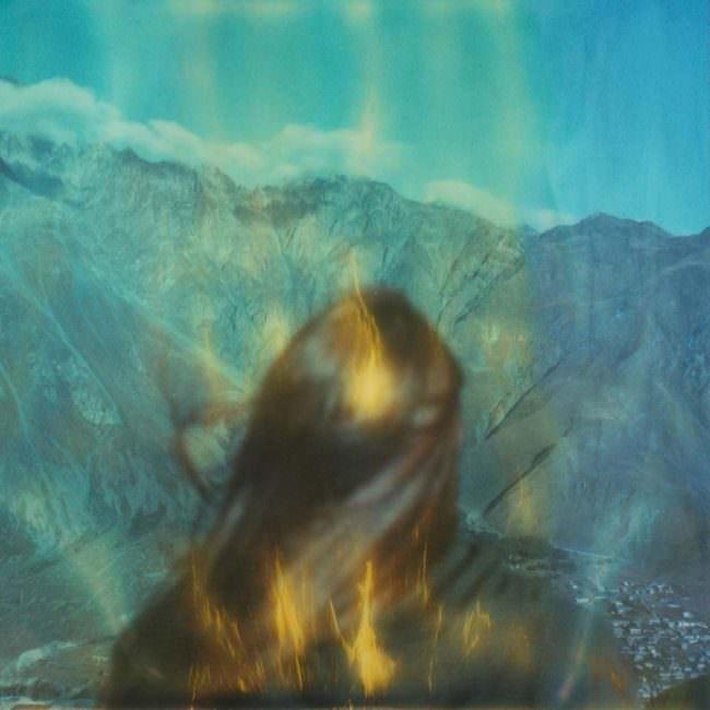 Frau und Berge mit Farbflecken