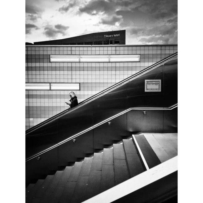 Menschen laufen eine Treppe