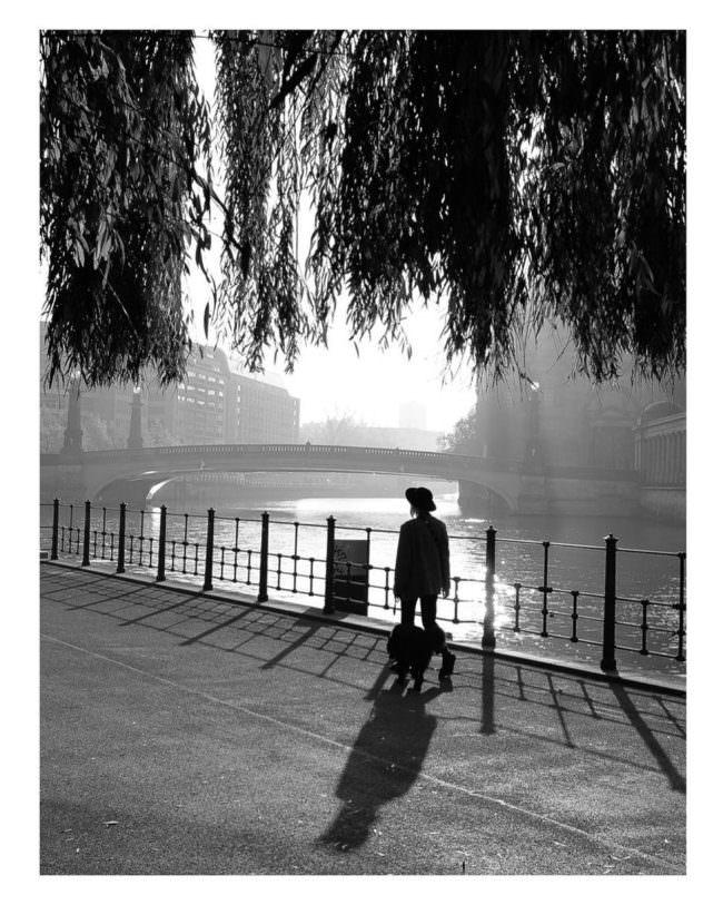 Mann läuft an einem Kanal