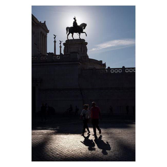 Reiterstatue und Spaziergänger