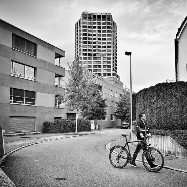 Mann mit Fahrrad auf der Straße