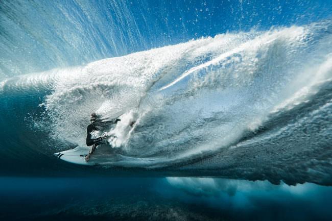 Surfer in einer Welle Unterwasser