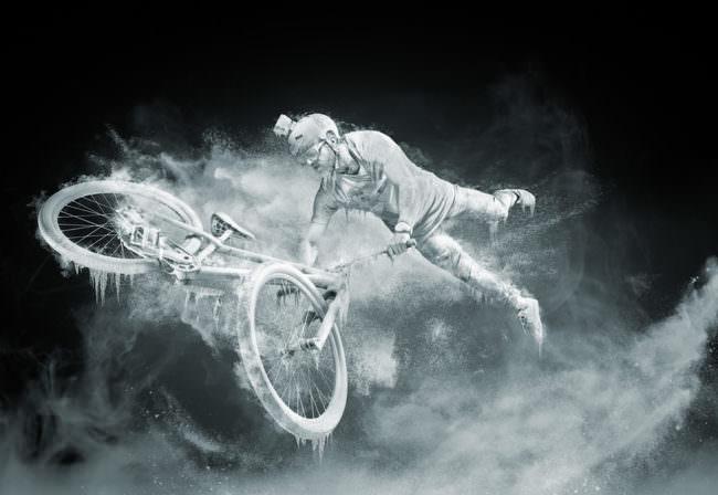 Radfahrer mit Rad als Eisstatue