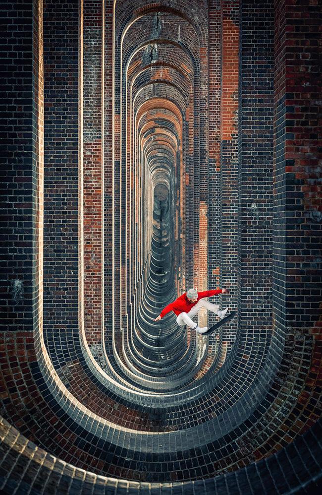 Skateboarder springt in einer surrealen Szenerie