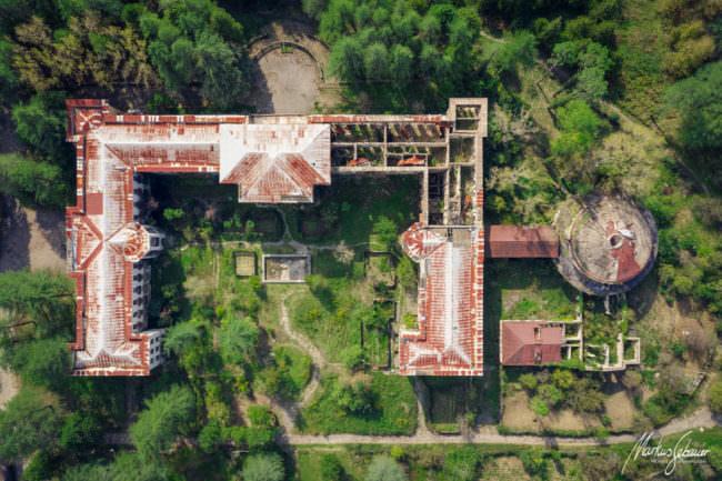 Luftaufnahme eines verfallenen Hauses