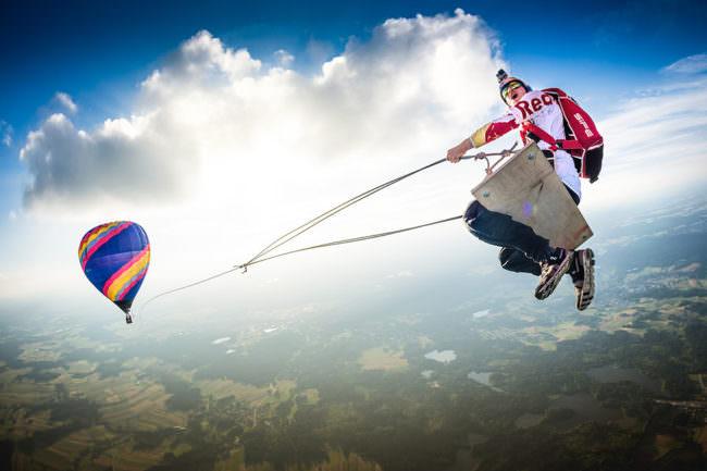 Paragleiter an einem Heißluftballon