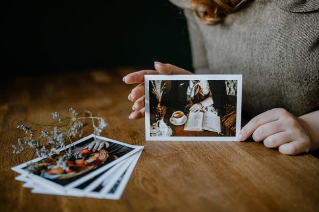 Postkarten auf einem Tisch