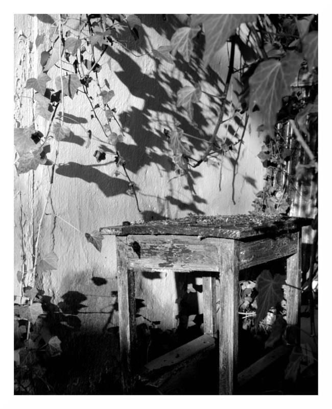 Alter Tisch vor einer Wand