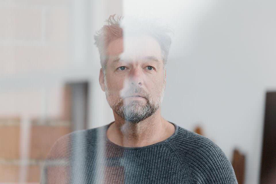 Mann durch eine Scheibe fotografiert